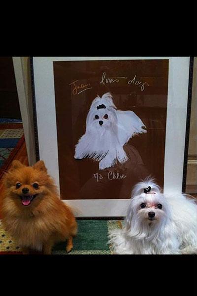 retrato de perro personalizado por Dani Wilde bichon delante de su cuadro